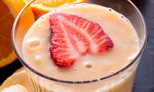 'Smoothie' de plátano, naranja y fresón