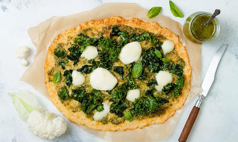 Pizza de coliflor con pesto, kale y mozzarella