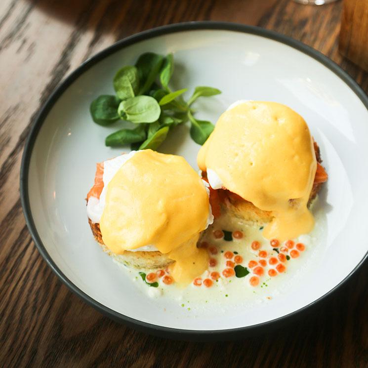 Tosta de salmón ahumado con huevo poché y salsa holandesa