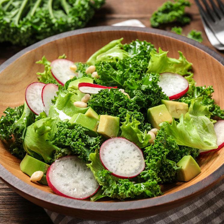 Ensalada de kale, rábano y aguacate