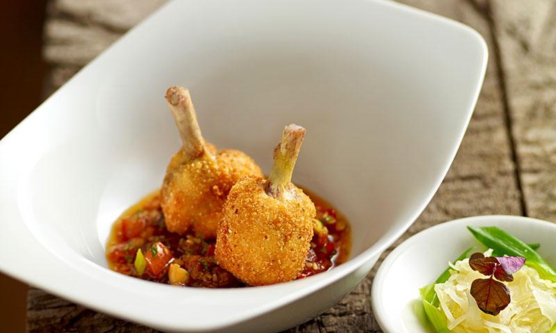 Chupa chups de pollo rellenos con salsa thai
