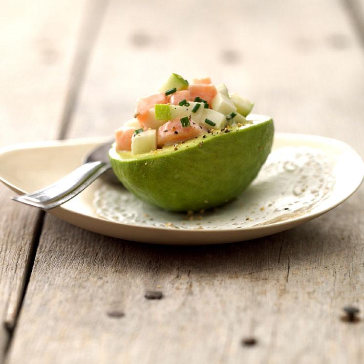 Aguacate mini relleno de tartar de manzana verde y salmón