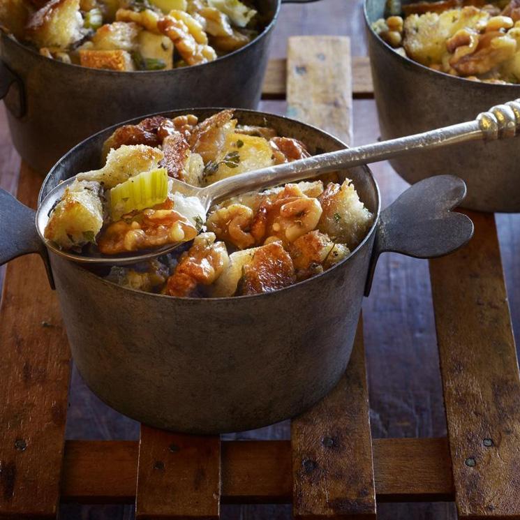 Relleno de manzana, nueces y hierbas