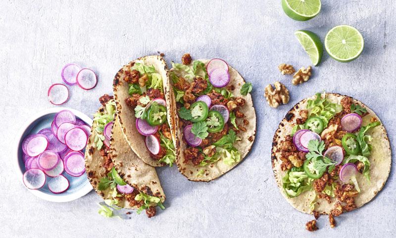 Tacos veganos de chorizo de nueces con verduras encurtidas