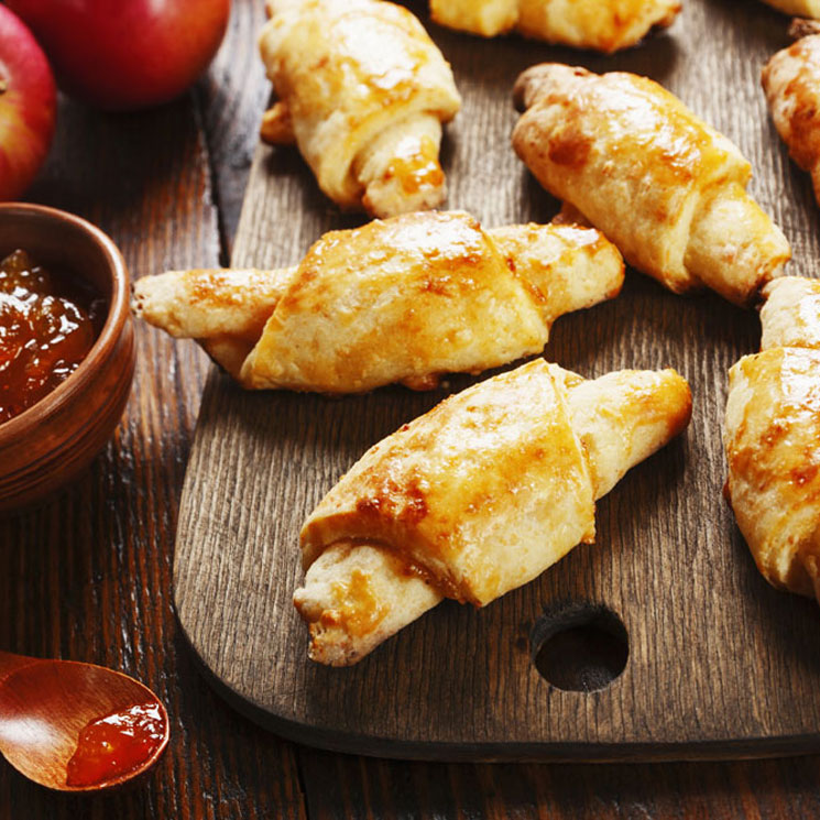 Mini cruasanes caseros rellenos de jalea de manzana