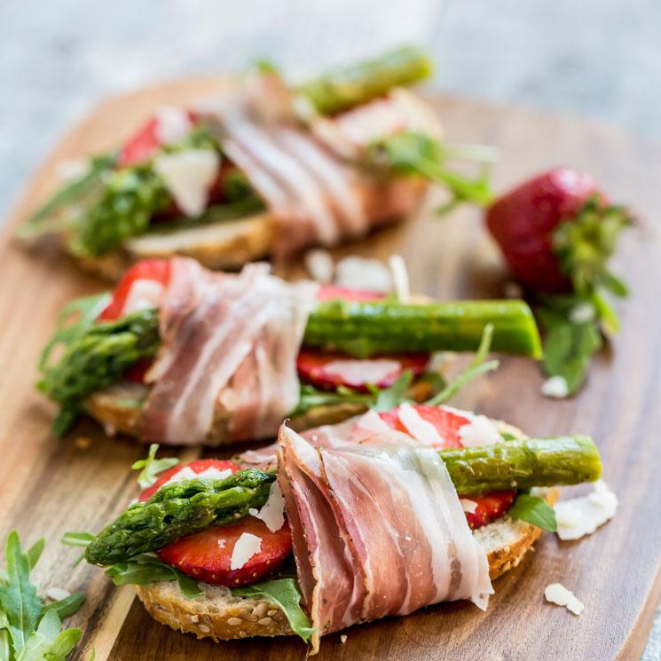 'Bruschetta' de beicon, espárrago verde y fresa