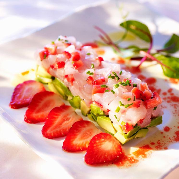 Tartar de besugo con fresas y aguacate