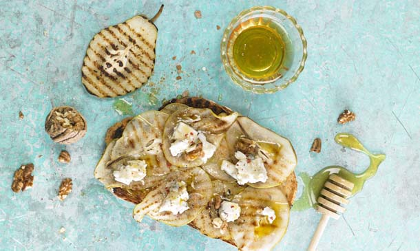 'Bruschetta' dulce de peras, requesón y miel