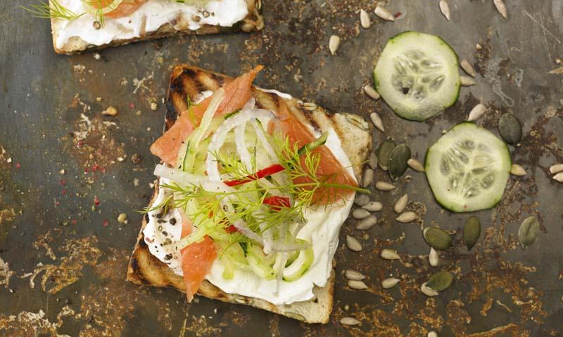 Tostas con salmón ahumado y queso crema
