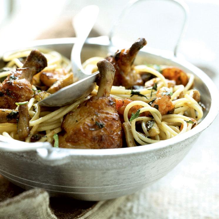 Espaguetis con muslos de pollo frito y langostinos