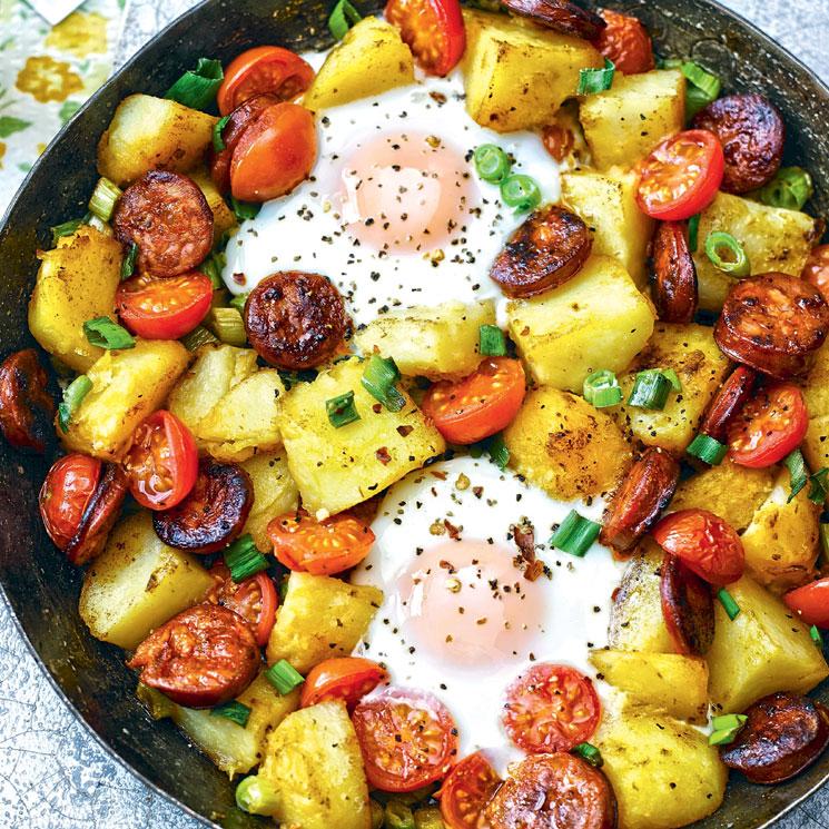 Sartenada de huevos con patatas, chistorra y tomatitos
