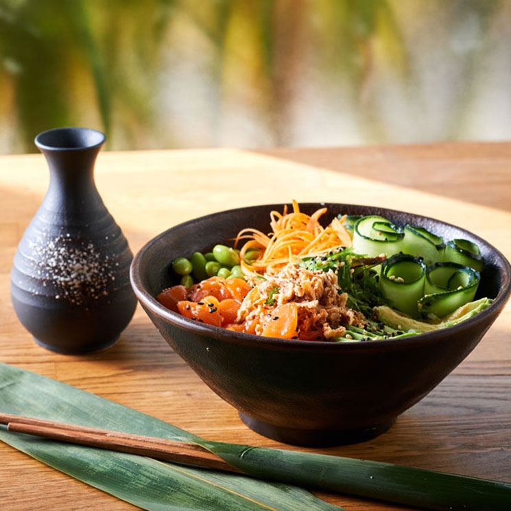 'Poke bowl' de salmón, arroz y aguacate