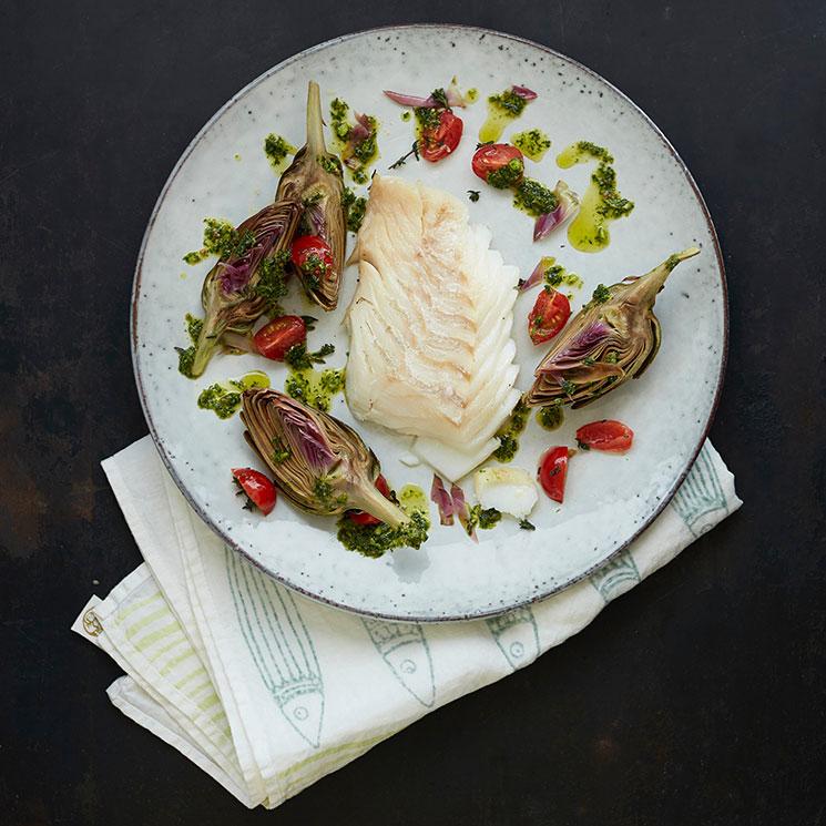 Bacalao skrei con alcachofas confitadas y tomatitos con pesto