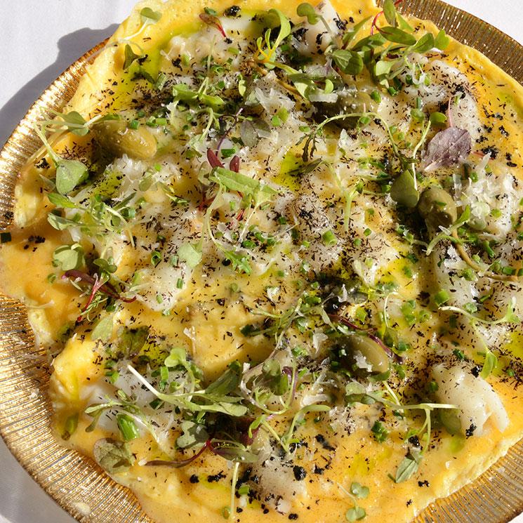Tortilla de bacalao con alcaparrones, cebollino y brotes