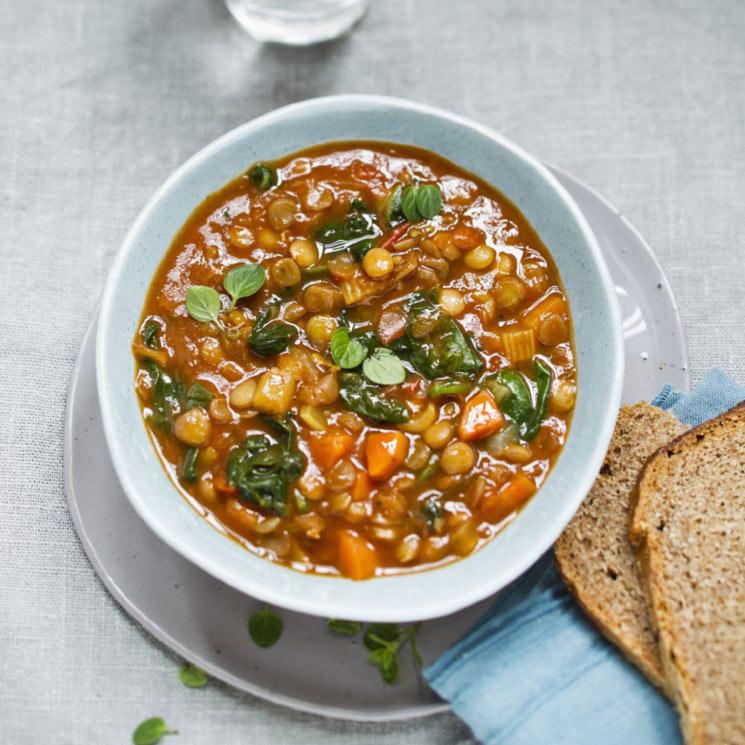 Sopa de lentejas con espinacas y zanahorias
