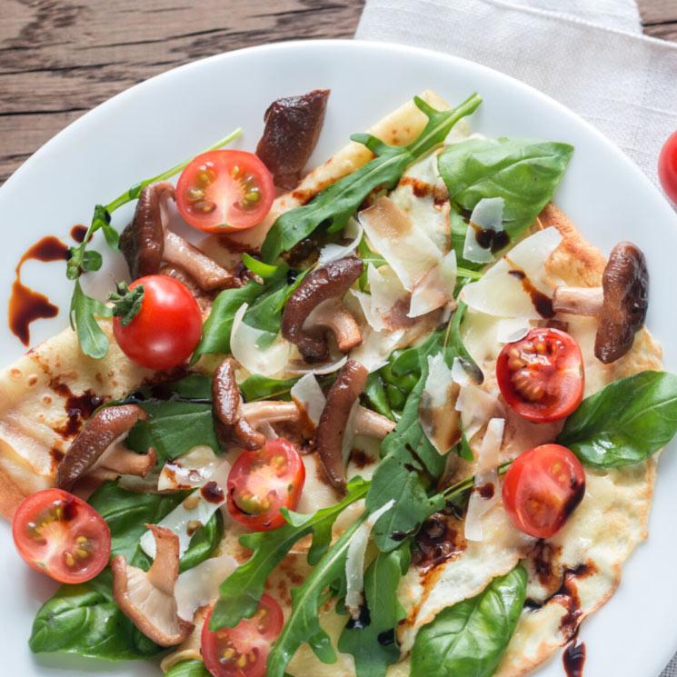 Crepes con tomate, queso, rúcula y setas