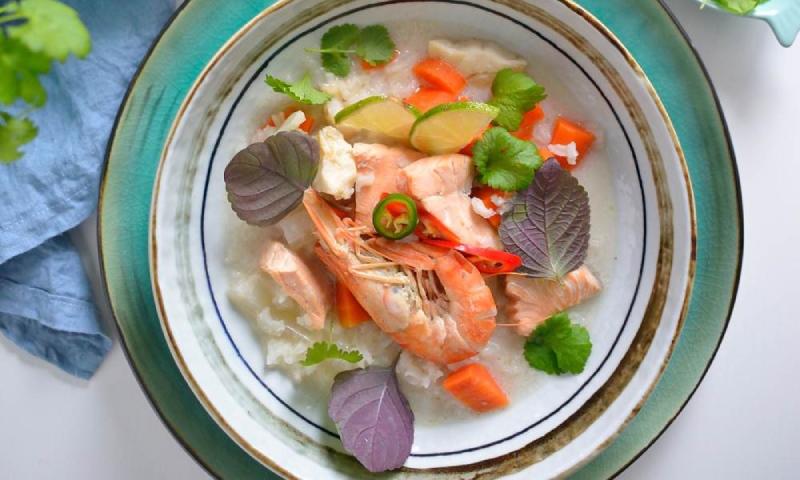 Sopa 'Thai' de gambones y salmón