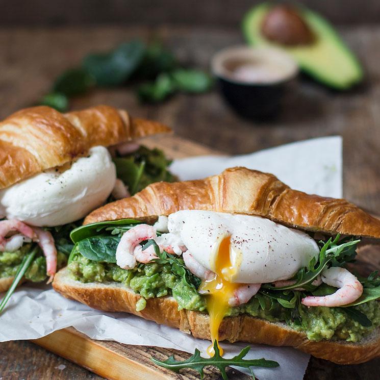 Croissant con aguacate, gambas y huevo poché