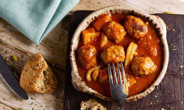 Albóndigas con sepia y salsa de tomate