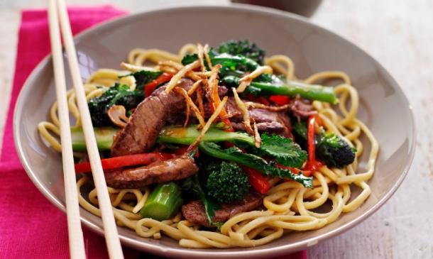 'Noodles' con ternera 'teriyaki' y brócoli
