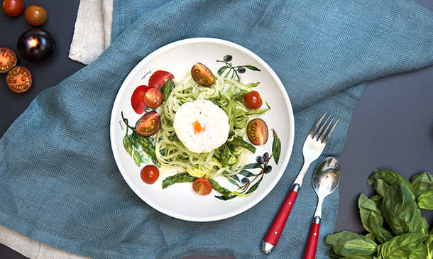 Espaguetis de calabacín con espárragos salteados y huevo poché