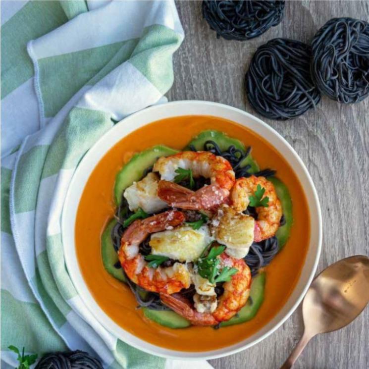 Espaguetis negros con gambas y salmorejo