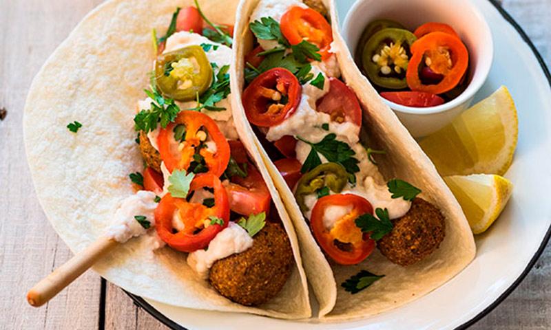 Burrito de falafel con chiles y crema agria