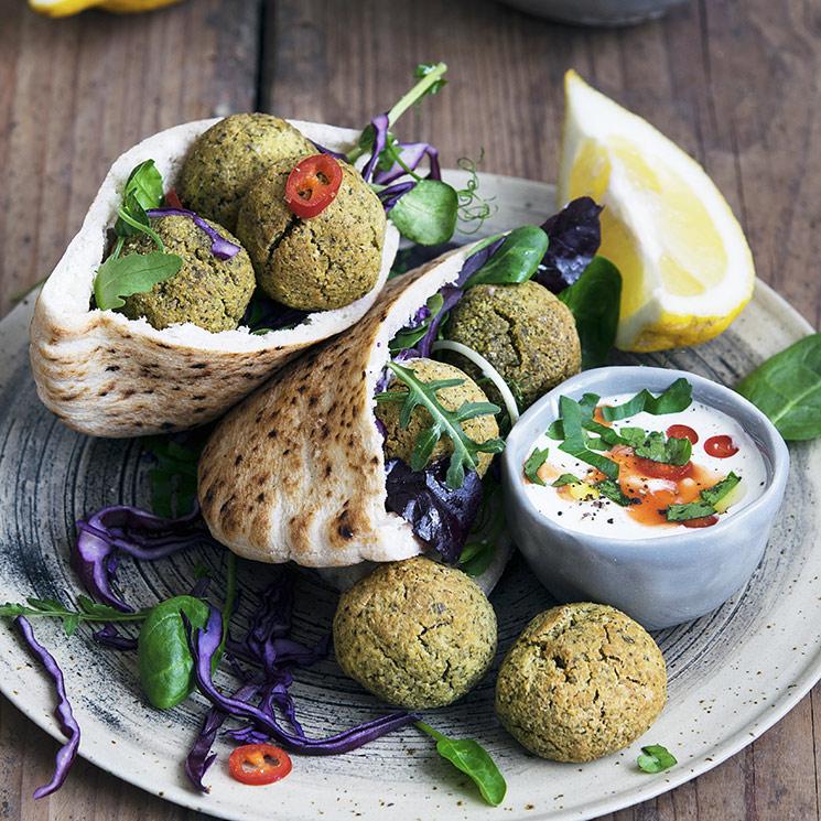 Pita con hummus y falafel
