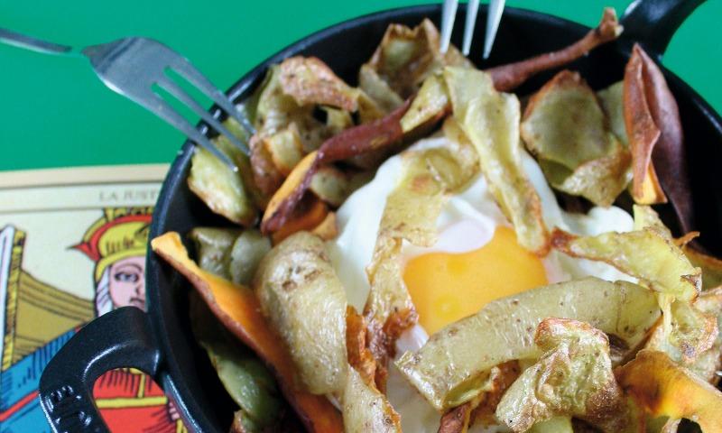 Huevos rotos con mondas de patatas