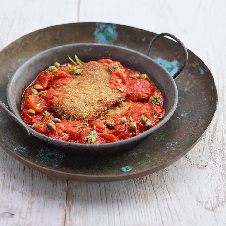 Escalopes de ternera con salsa de tomate, alcaparras y orégano