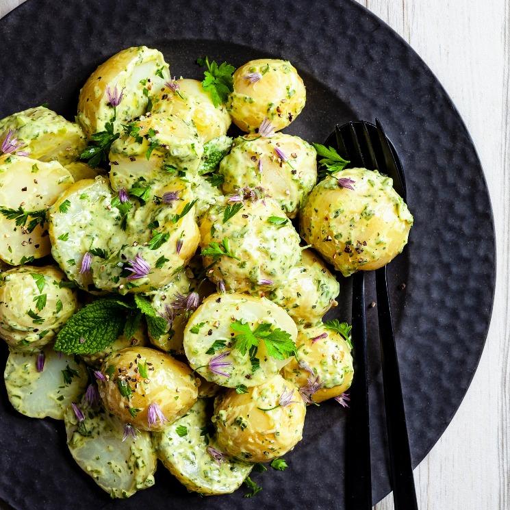 Ensalada de patatas con 'green goddess dressing'