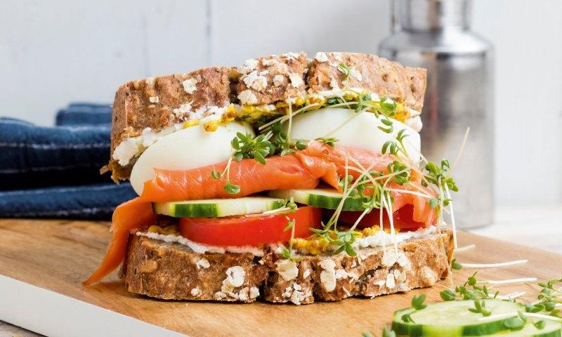 Sándwich de salmón ahumado con huevo