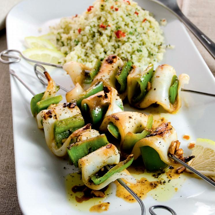 Brochetas de calamares con tabulé de quinoa