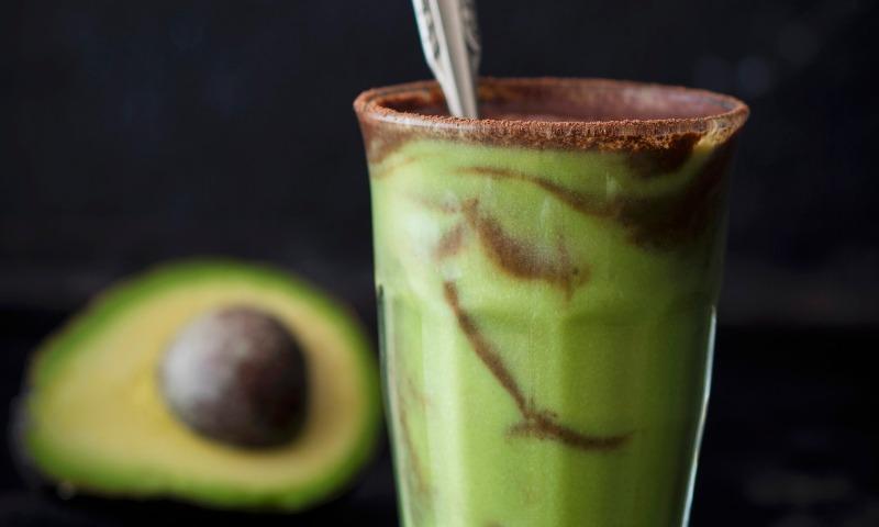 'Smoothie' de aguacate, manzana y cacao natural