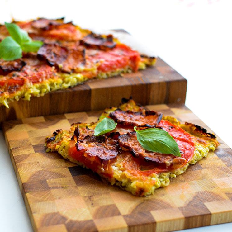 Pizza con masa de calabacín con tomate y pimiento rojo