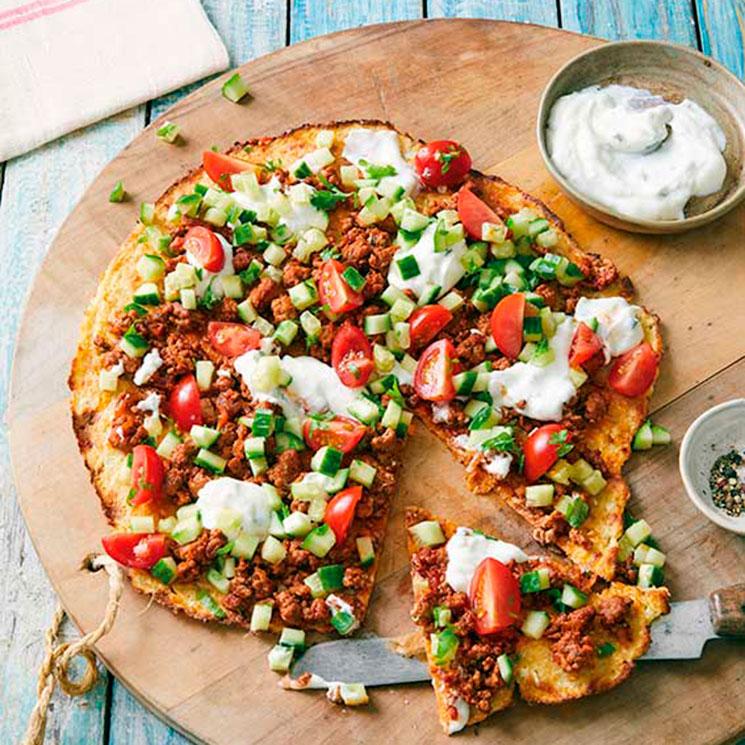 Pizza con base de plátano con carne adobada, pepino, tomate y 'ricotta'