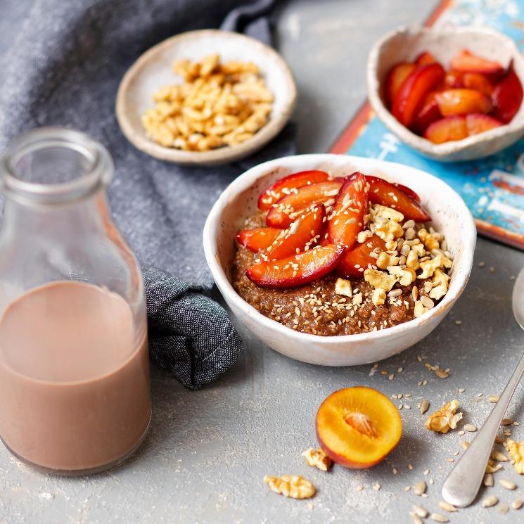 'Porridge' de quinoa con chocolate y ciruelas