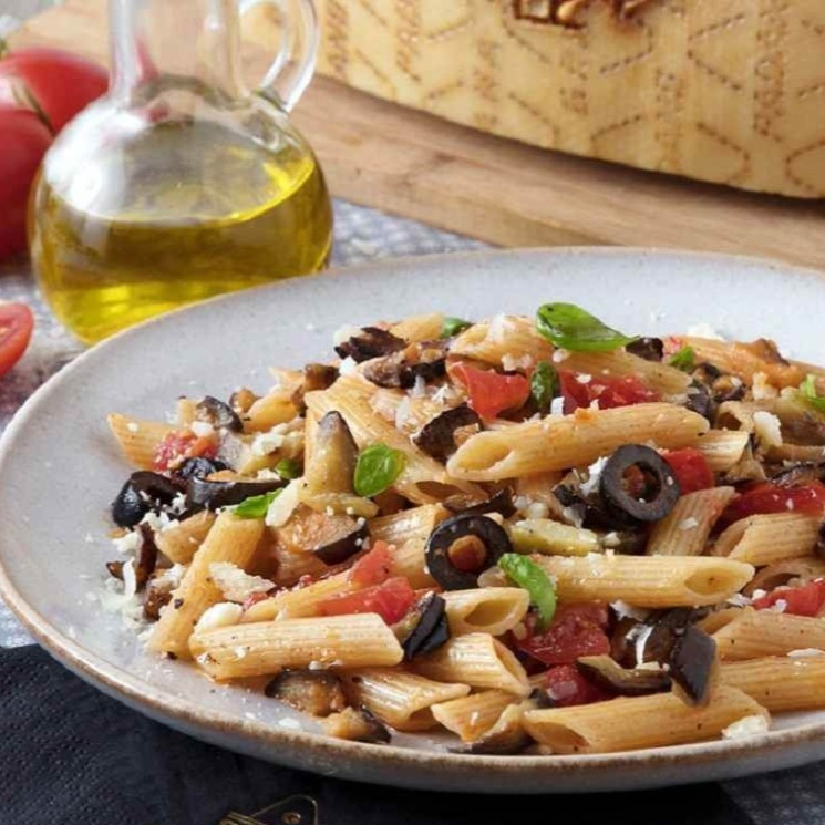 Pasta Con Berenjenas Aceitunas Tomate Y Queso Grana Padano