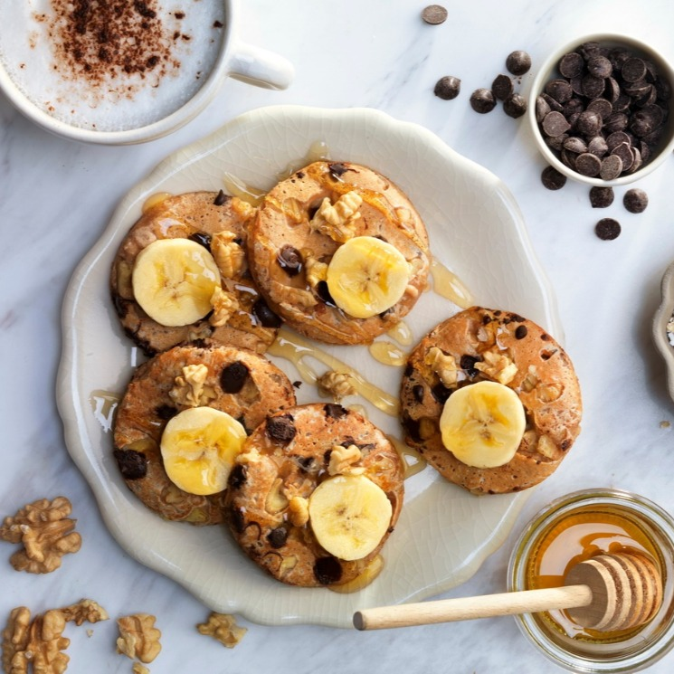 Tortitas de plátano y avena con 'chips' de chocolate