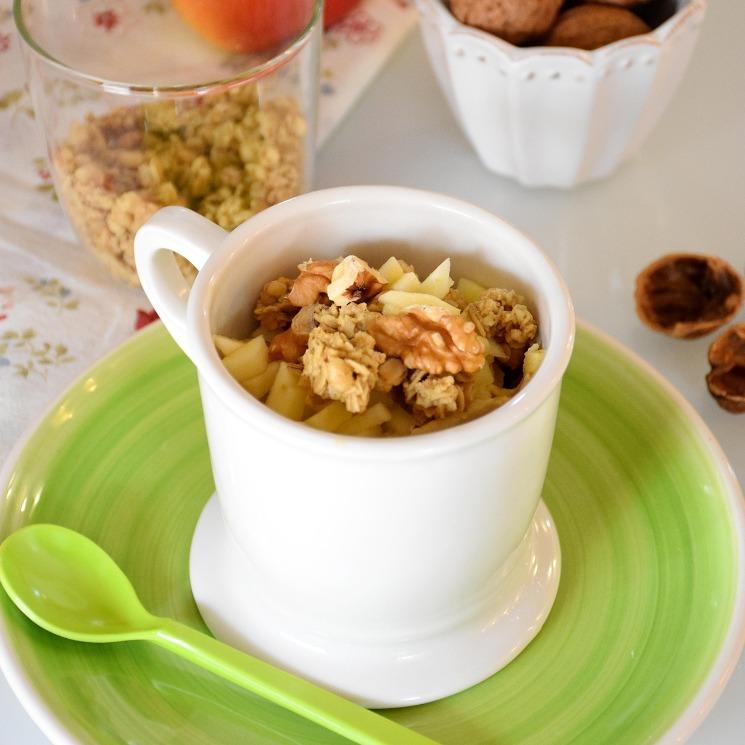 'Mug cake' de granola y manzana con nueces