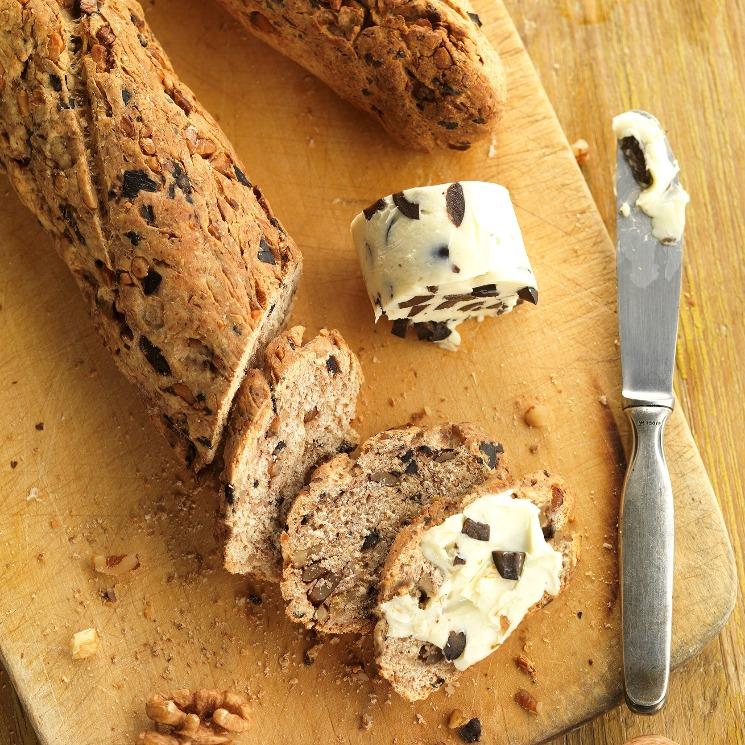 Pan integral con mantequilla de nueces y aceitunas