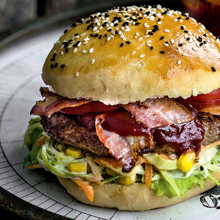 Hamburguesa de ternera y bacón con salsa barbacoa