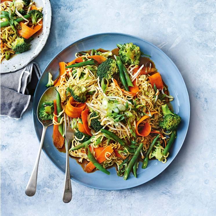 Ensalada de 'noodles', bimi, brócoli y zanahoria