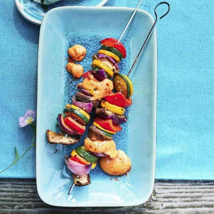 Brochetas de setas y verduras con mayonesa de pimentón