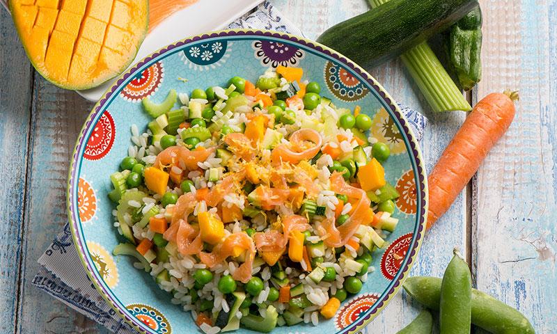 Ensalada de arroz con mango y salmón ahumado