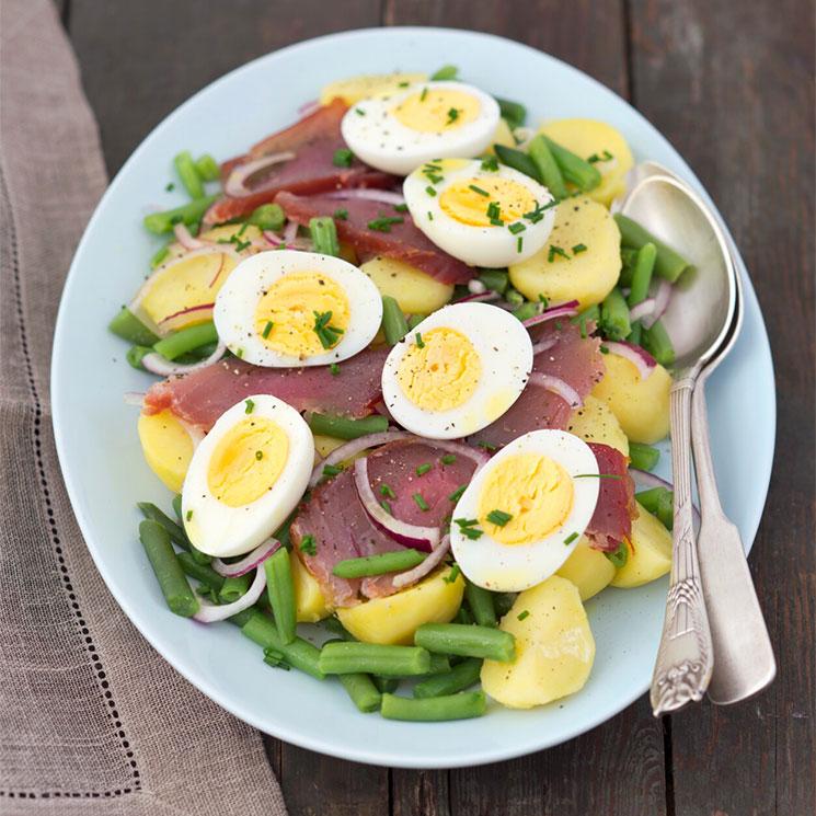 Ensalada de judías verdes con patata, huevo duro y atún ahumado