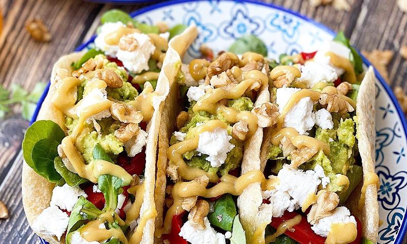 Tacos vegetarianos con nueces y queso feta