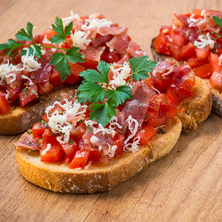 Canapés de salmorejo, tomate y jamón