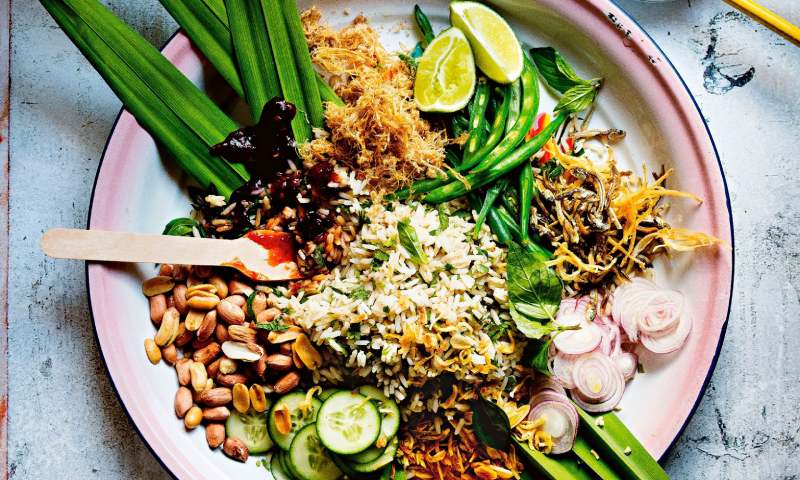 'Bowl' de arroz con hierbas aromáticas y coco