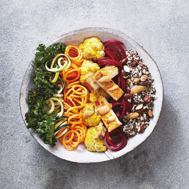 'Bowl' vegano con 'noodles' de colores